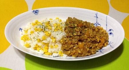 レンジだけで作る、彩りコーンごはんの豆腐キーマカレー