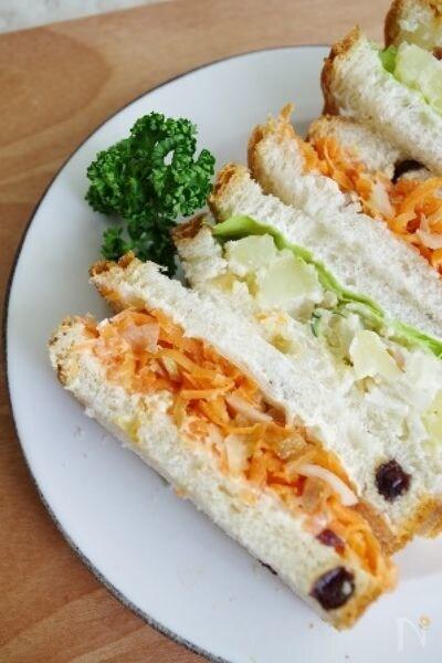 レーズンブレッドで野菜ミックスサンド (ポテサラ&人参サラダ