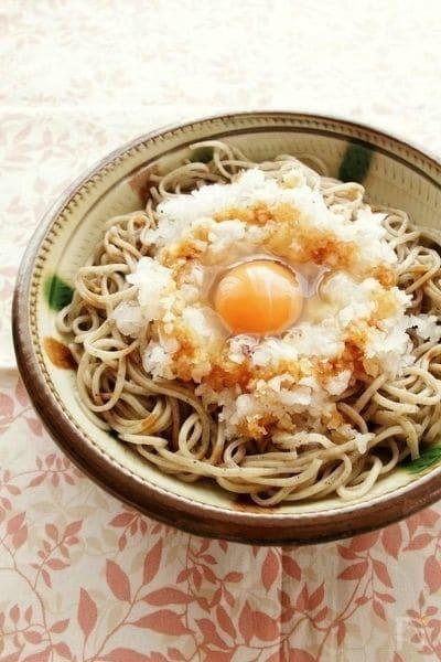 生醤油をかけて食べる、大根おろしと卵のっけそば by ヤミーさん