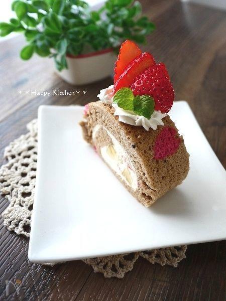 ピンクの模様のココアロールケーキ