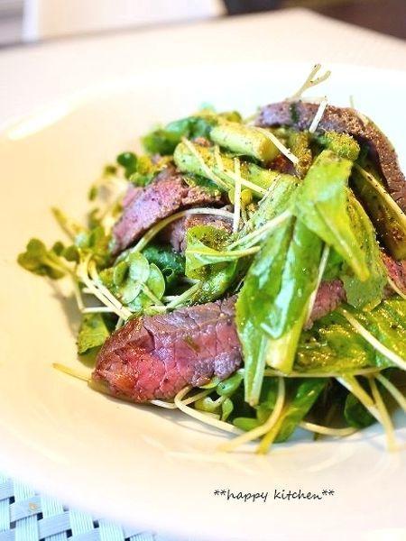 柔らか牛ステーキ肉のアスパラベビーリーフサラダ