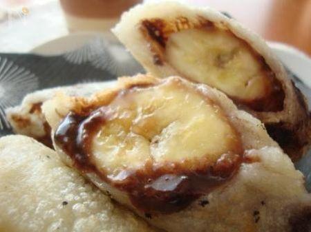お餅でバナナの春巻き