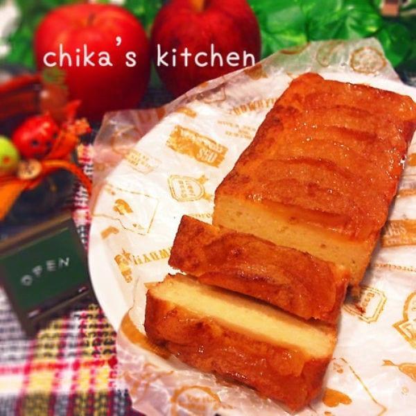 柄付きのお皿に盛られたパウンドケーキ