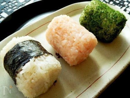 明太子、ツナマヨ、鮭3種類のおにぎり