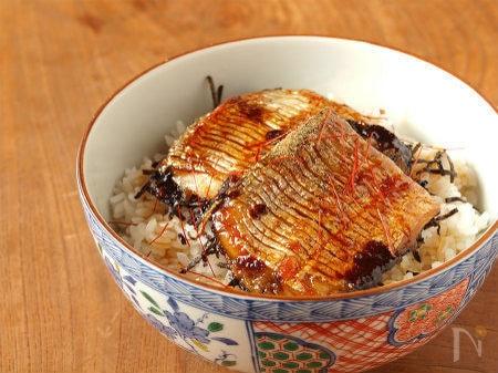 お茶碗に盛られた太刀魚の蒲焼き