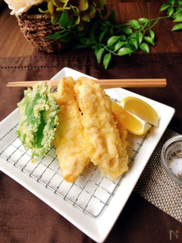 四角い白い皿に盛られた、かしわ天と大葉の天ぷら