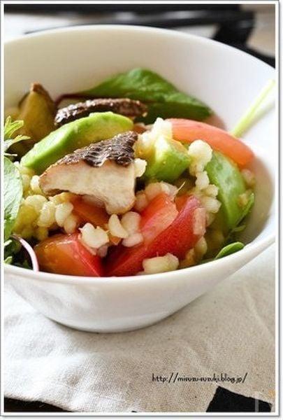 1. トマトとアボカドのもち麦サラダ