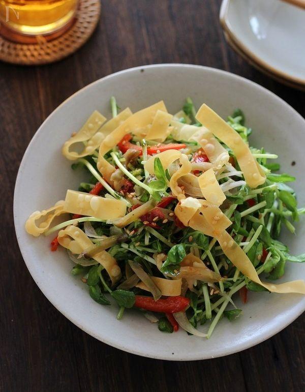 カリカリ揚げワンタンとザーサイと豆苗の中華風サラダ