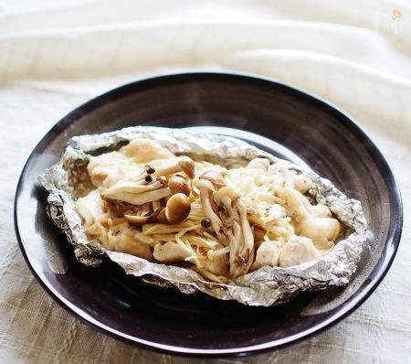 4. ふっくら鶏ムネ肉ときのこのホイル焼き