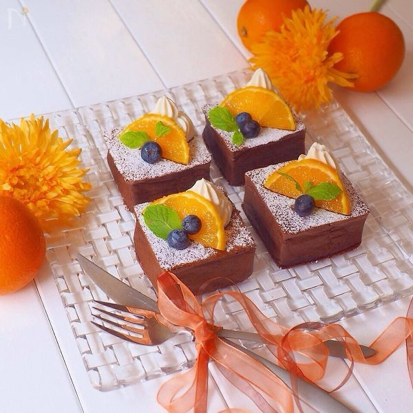 ガラスのお皿にのったチョコレートオレンジケーキ