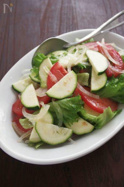 さっと和えるだけのシンプルサラダ、ズッキーニとトマトのサラダ
