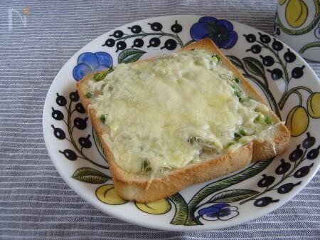 しらすとネギのチーズトースト。