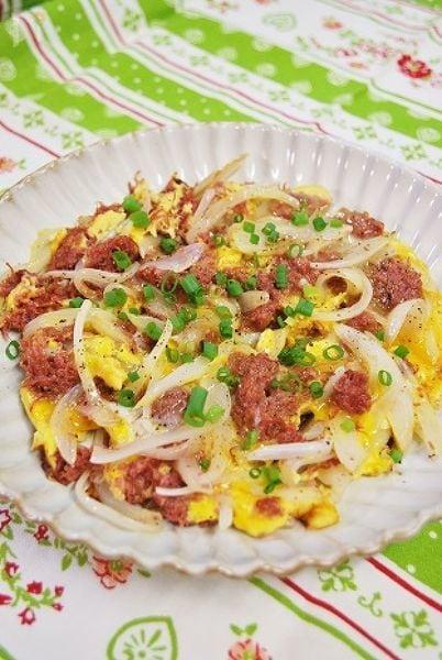 コンビーフと玉ねぎの卵とじ