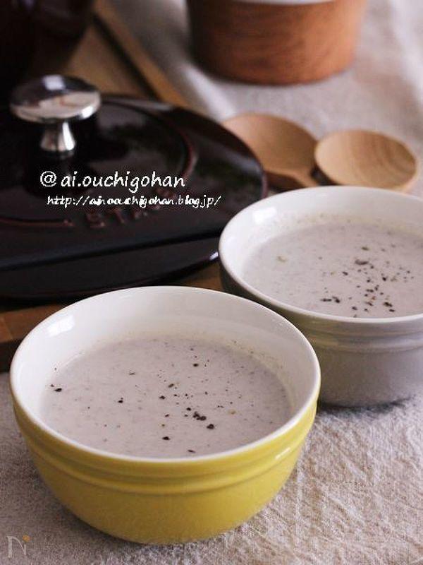 黄色い器の中のマッシュルームと豆腐の濃厚スープ