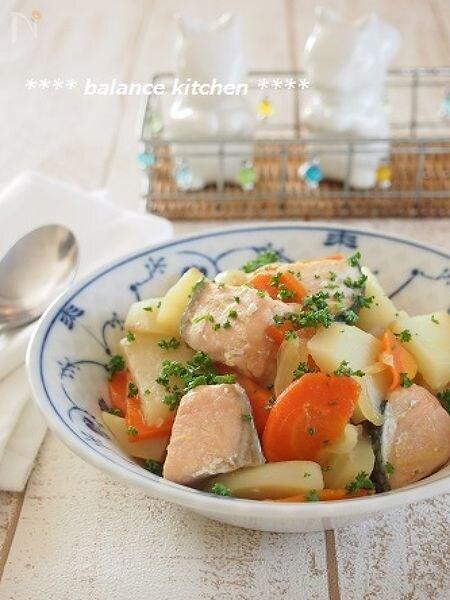 節約・時短の魚料理。鮭とじゃがいもの優しいコンソメ煮