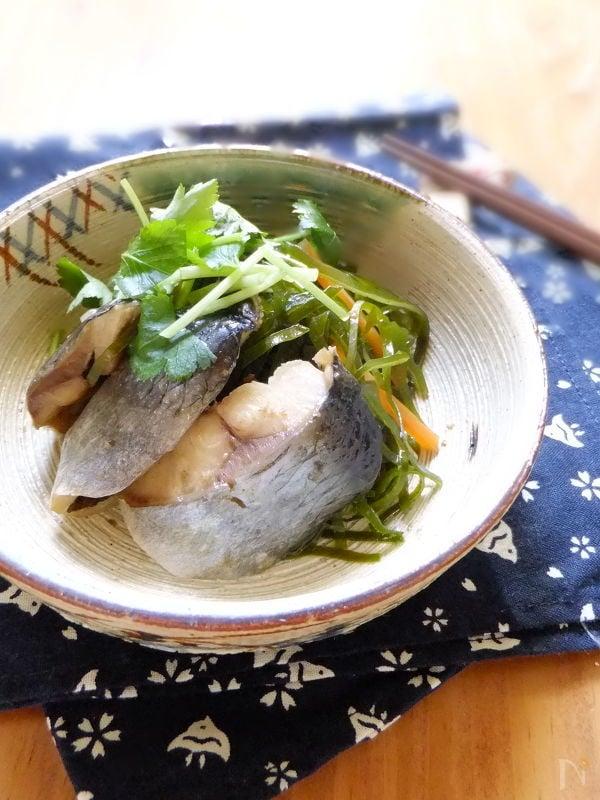 小鉢に盛られたニシンと昆布の煮物