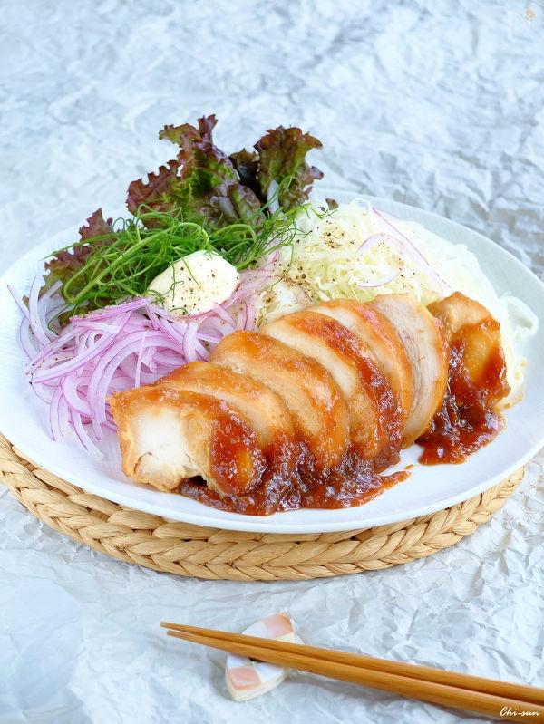 紫玉ねぎやレタスなどが添えられた鶏むね肉のハチミツ味噌漬け焼き