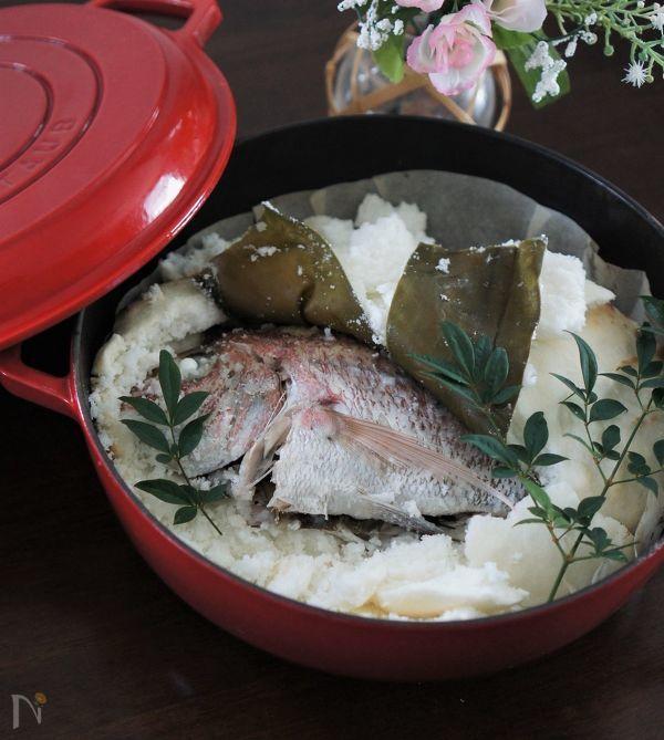 鯛と昆布、ローズマリーが入った塩釜焼き