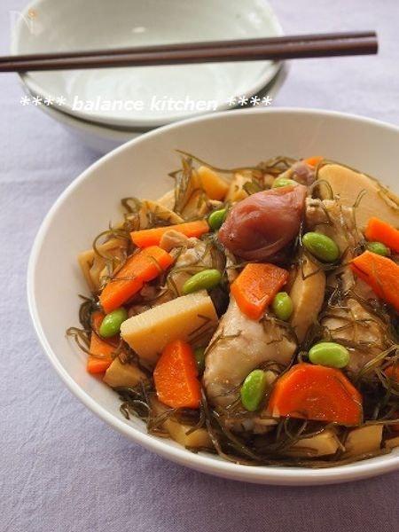 フライパンひとつ!鶏手羽元と切り昆布の梅醤油煮込み