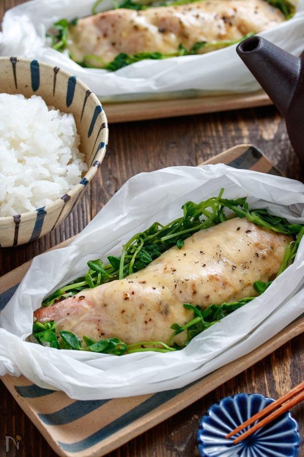 鮭と豆苗のガーリックチーズ重ね蒸し【#レンジ #包丁不要】