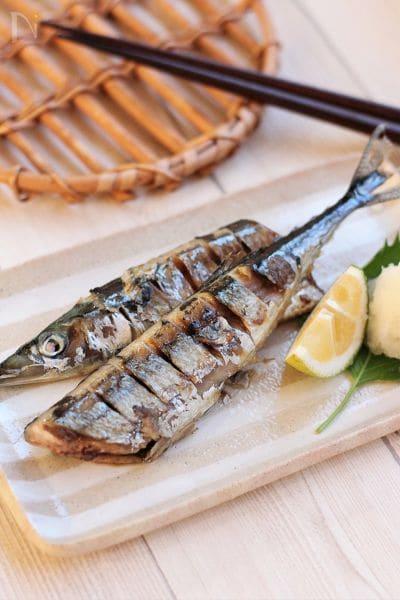 白いお皿に盛りつけた秋の味覚の秋刀魚