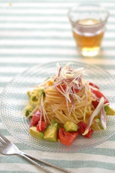 みょうがとアボカドの冷製生トマトスパゲッティ