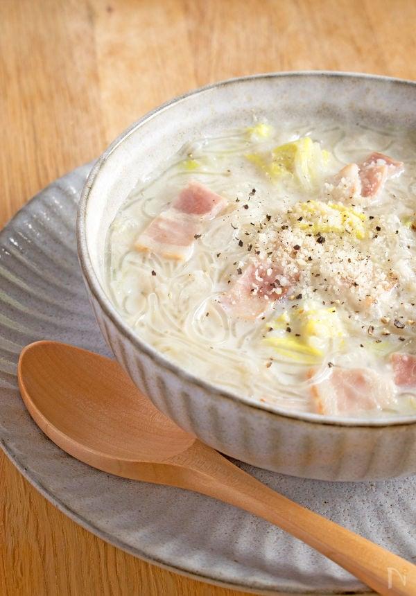 スープ皿の中の白菜の豆乳スープ