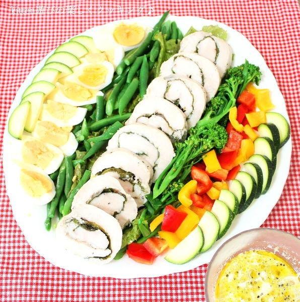 白いお皿に盛り付けられた青しそ鶏ハムのコブサラダ風
