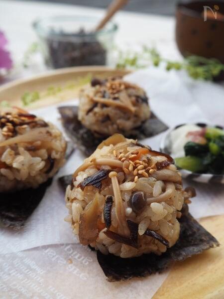丸い形に成型された塩昆布とごぼうのまぜご飯