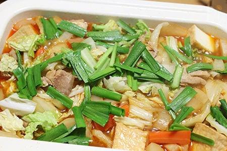 野菜の水分だけ!山盛り野菜のピリ辛鶏なべ