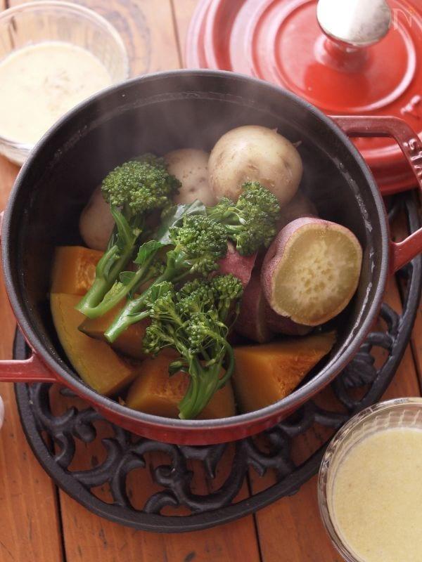 ストウブ鍋を使用して調理した温野菜のバーニャカウダ