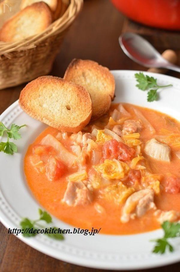 白いお皿に盛られた鶏肉と白菜のとろとろトマトシチュー