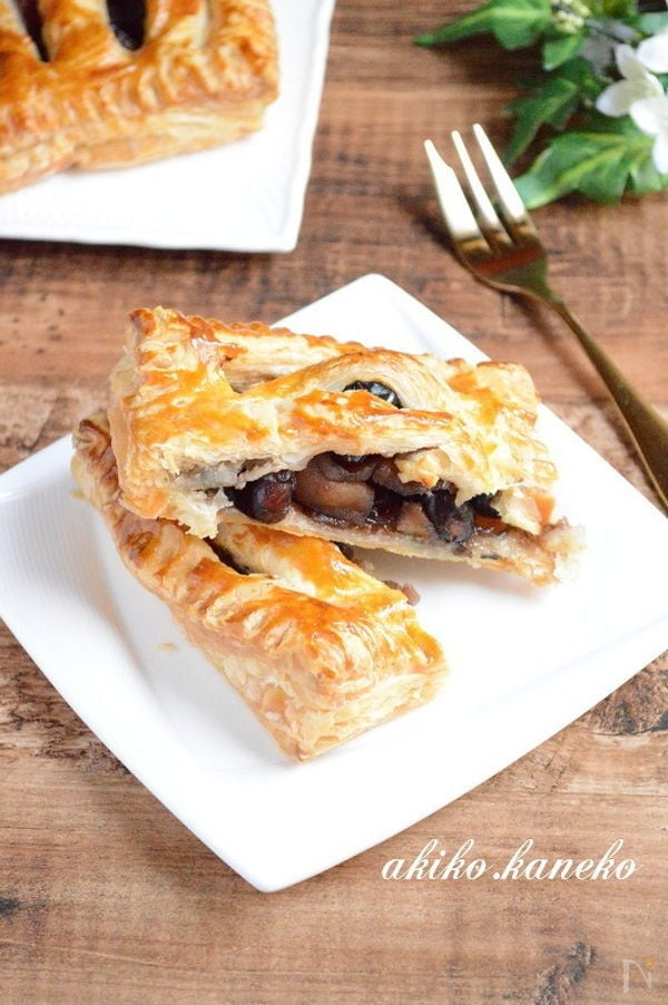 四角い皿に盛られた黒豆とりんごのパイ