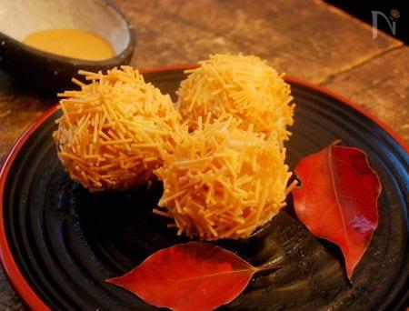 和食器に盛られたいがぐり風ライスポテトコロッケ