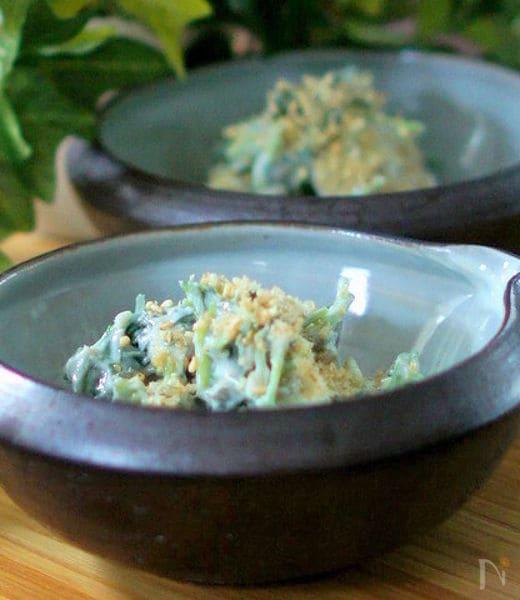 小鉢に盛られた三つ葉とかまぼこの和え物