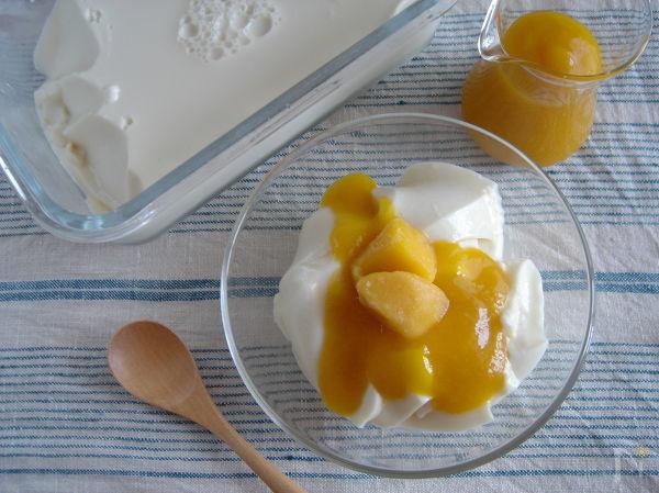マンゴーソースのココナッツ豆乳プリン。
