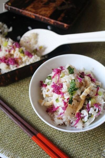 茶碗に入ったもって菊の彩りご飯と箸、箱に入ったもって菊の彩りご飯としゃもじ