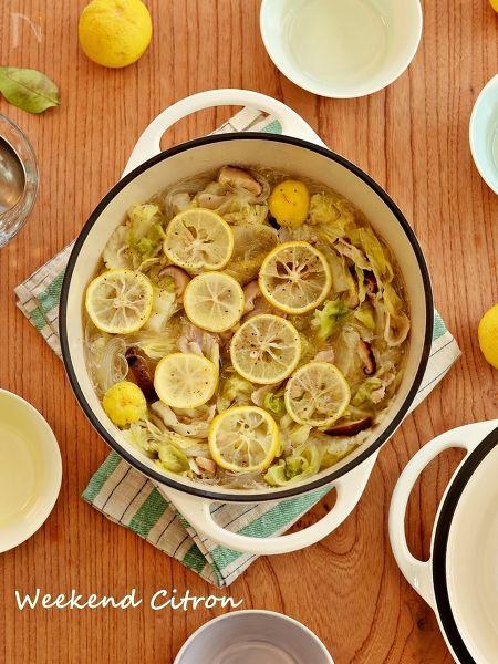 鍋に肉と野菜、レモンが入ったおしゃれな鍋