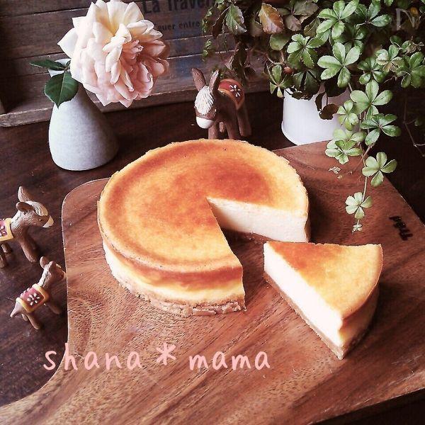 カッティングボードの上にのった生クリームなしの濃厚ベイクドチーズケーキ