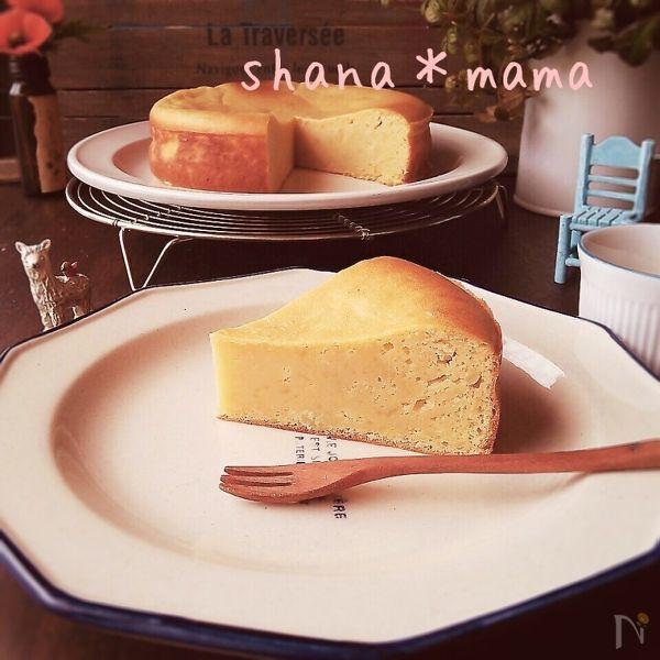 きれいにカットされたさつまいもケーキが皿に盛られている