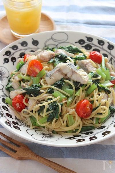 アジの白い身、トマトの赤、小松菜の緑色が映える盛り付け写真