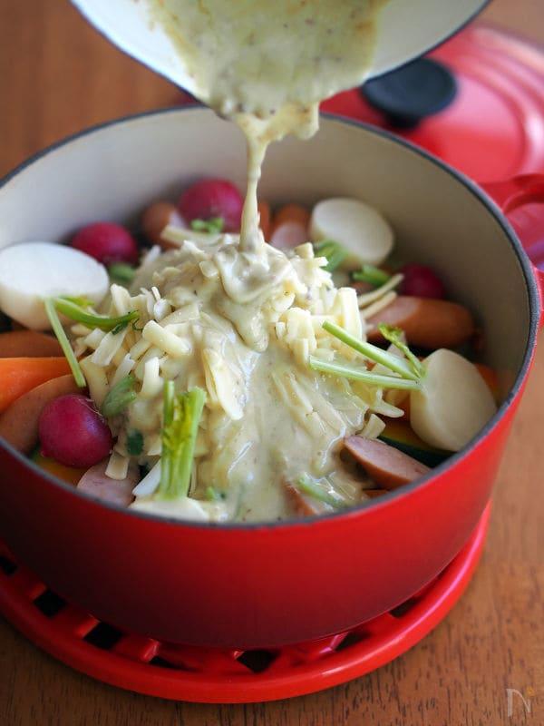 温野菜とチーズのアンチョビソースがけ蒸し鍋