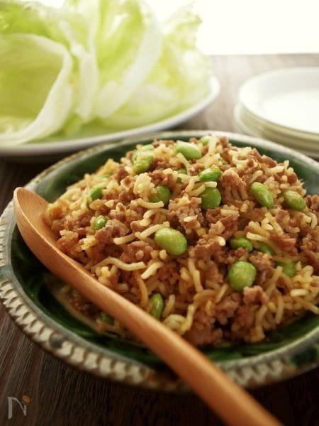 主食にもなっちゃう?ピリッと辛い♪中華麺とひき肉のレタス包み