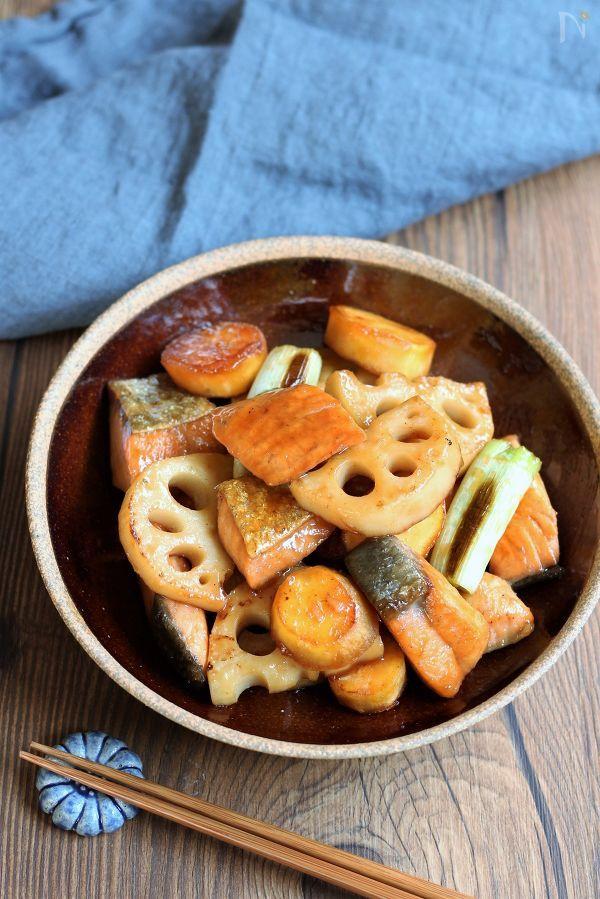 木の器に盛られた鮭と根菜の甘辛炒め