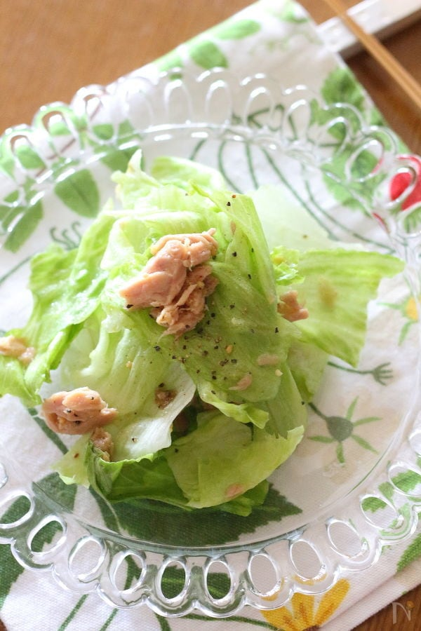 透明なお皿に盛られたレタスとツナのサラダ