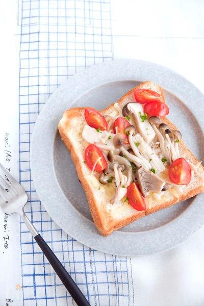 塩きのことトマトのトースト