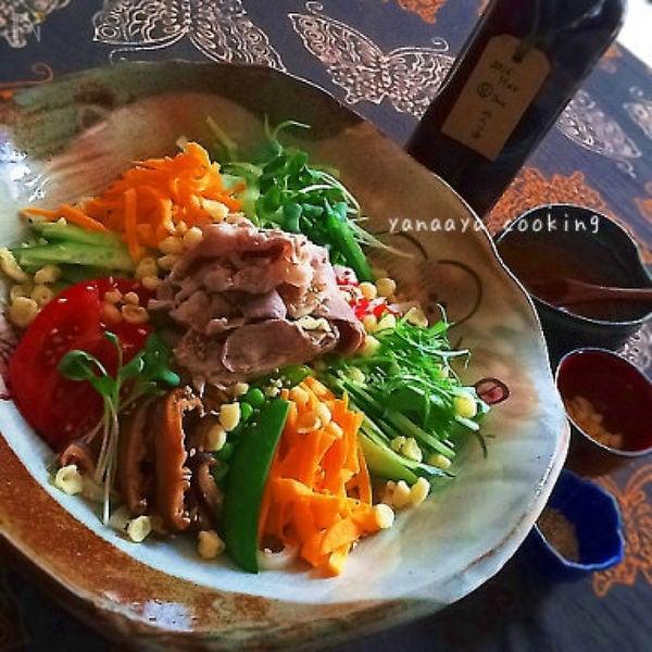 和食器に盛られた手作りつゆの冷やし豚しゃぶサラダうどん