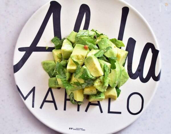 英語がかいてある皿に盛られたアボカドのサラダ