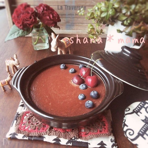 土鍋に作られたチョコプリンにブルーベリーが並べられている