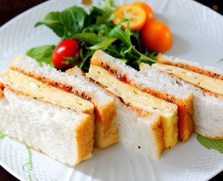 オムレツ生地の卵焼きでサンドイッチ